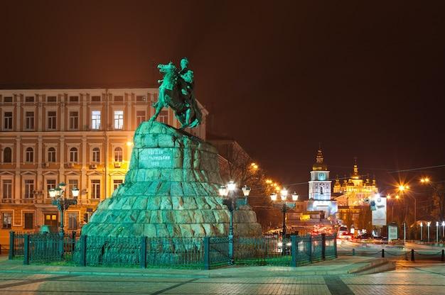 ウクライナ、キエフのボフダンフメリニツキー記念碑とミハイロフスキー修道院