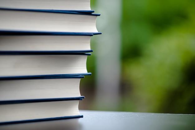 책은 바닥에 놓여 있습니다. 화이트 가죽 도서 및 연구 공감과 개발의 개념