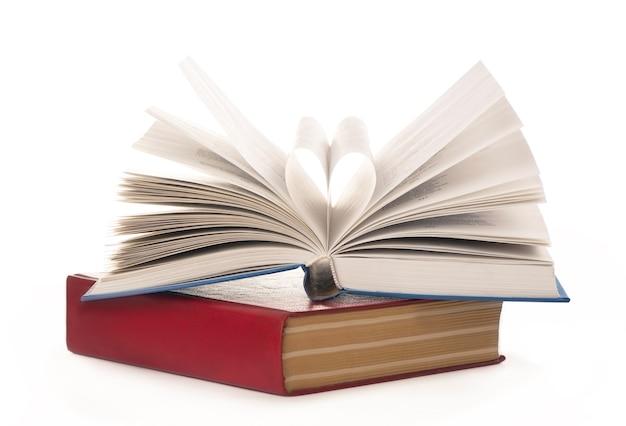 책이 열리고 책 페이지가 심장으로 굴러
