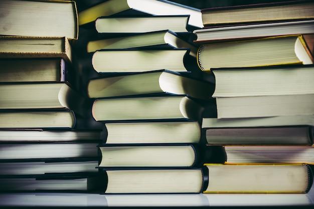 本はテーブルの上の本のスタックに置かれます