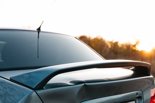 Крышка багажника автомобиля синего цвета, последствия дтп необходим ремонт