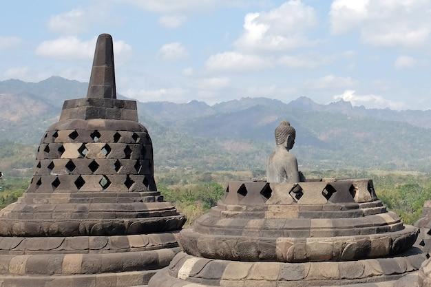 Буддийский храм боробудур великая религиозная архитектура в магеланге, центральная ява, индонезия.
