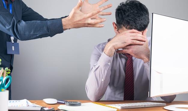 Босс злится на сотрудника.