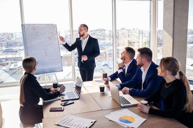 上司はグラフを使って取締役会の近くに立ち、統計を示し、トレーニングに参加するさまざまな担当者が会社の新製品を紹介し、パートナーの作業結果を報告します。
