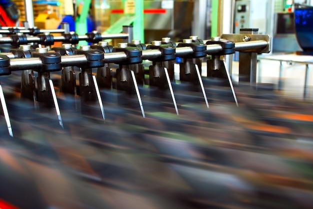 병은 컨베이어 벨트 시스템으로 이송됩니다. 자동차 윤활유 공장용 산업용 기계. 산업 및 기술 개념입니다.
