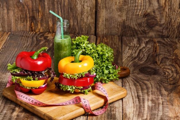 木製のテーブルに新鮮な野菜ジュースのボトル 無料写真