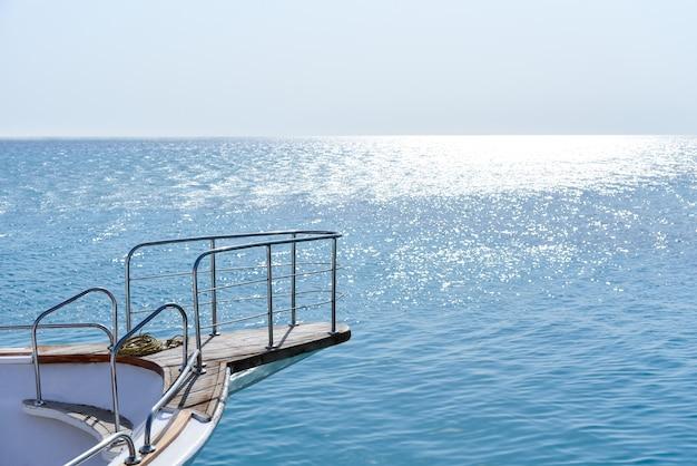 青い空を背景にした白いヨットの船首。