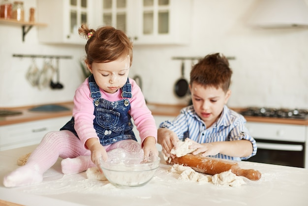 男の子と女の子は小麦粉で汚れています