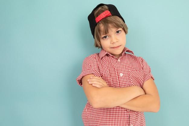 소년은 가슴에 손을 대고 파란색 벽에 단단히 기대 었습니다.