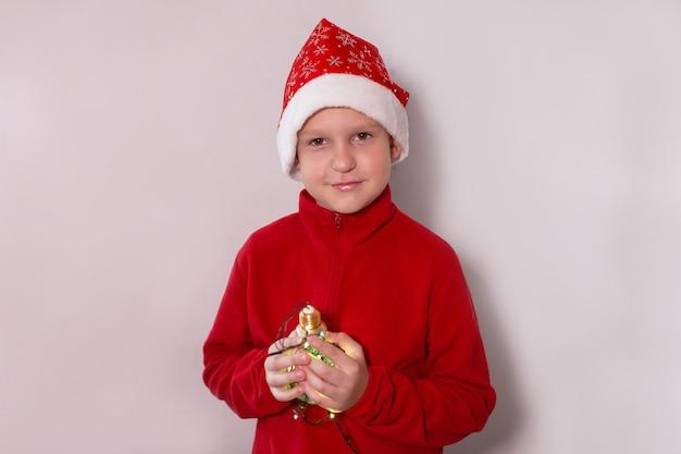 魔法のランプで新年の帽子をかぶった少年