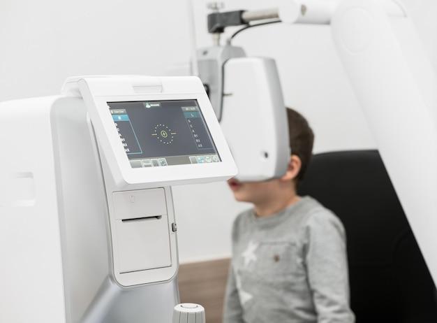 少年は、医師の眼科医、診断眼科機器で受け入れられている患者です