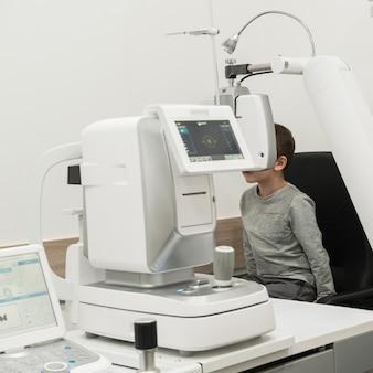 少年は、医師の眼科医で受け入れられている患者です。