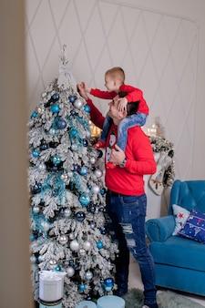 Мальчик целует живот беременной мамы во время празднования нового года