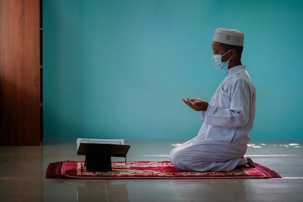 그 소년은 이슬람의 차세대 개념인 모스크 안에서 꾸란을 읽는 법을 배웠습니다.