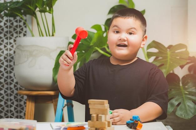 モンステラと一緒に家で遊ぶ少年