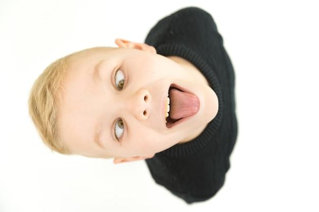 Мальчик показывает язык. вид сверху