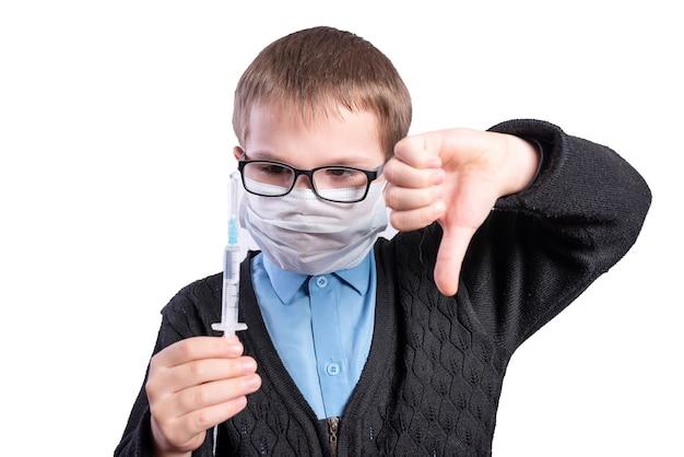 その少年は予防接種が悪いことを示しています。白い背景で隔離。高品質の写真