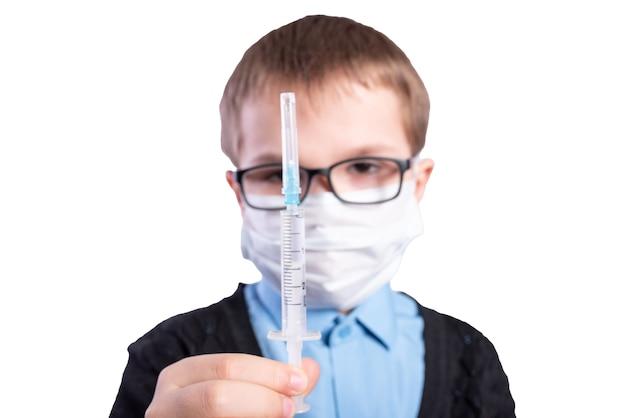 소년은 예방 접종이 좋다는 것을 보여줍니다. 흰색 배경에 고립. 고품질 사진