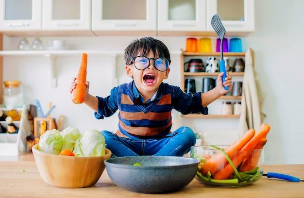 Мальчик, показывающий гневную эмоцию, понятие эмоции жестокого ребенка