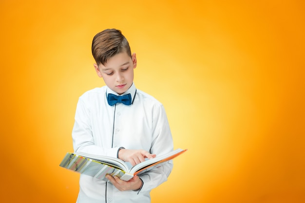 本を持つ少年