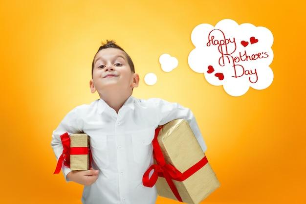 Мальчик с подарочной коробкой. концепция дня счастливой матери