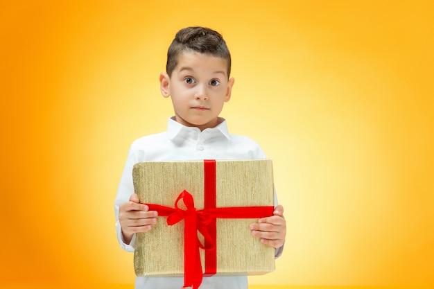 ギフト用の箱を持つ少年