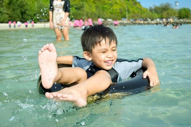 男の子たちは初めて海を見て幸せです