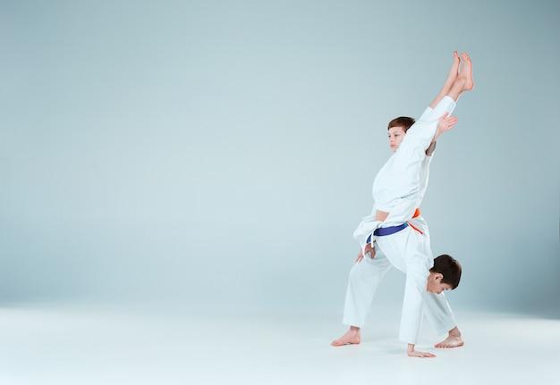 Мальчики позируют на занятиях по айкидо в школе боевых искусств. концепция здорового образа жизни и спорта