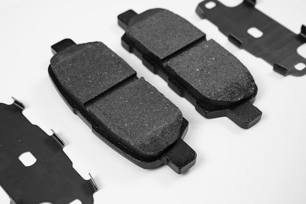 ブレーキシステムの白い背景部分に対するブレーキパッド