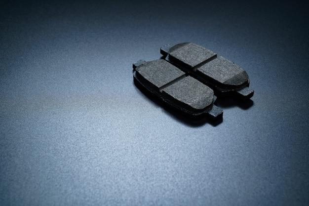 黒のブレーキパッド。ブレーキシステムの一部