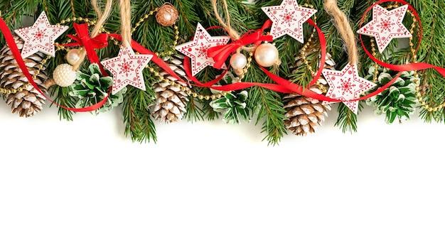 Ветки украшены красочными украшениями на рождество.