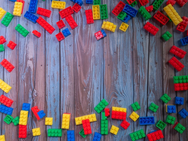 背景や教育の概念のための木にマルチレンガのおもちゃ