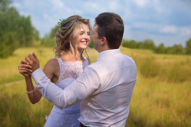 Жених и невеста. влюбленная пара на природе. любовь для мужчин и женщин.