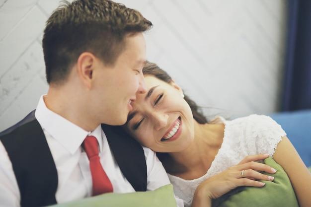 新郎新婦は笑っています。結婚式。幸せな家族の概念。