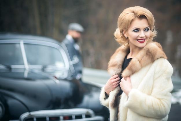 Жених и невеста на ретро-автомобиле. ретро пара в кабриолете