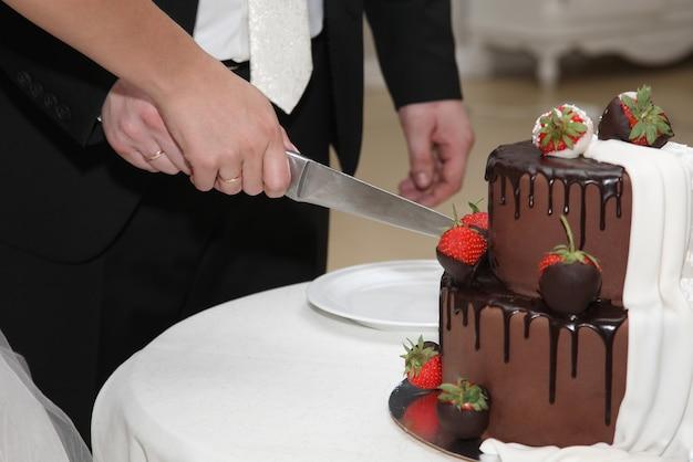 新郎新婦がケーキを切る