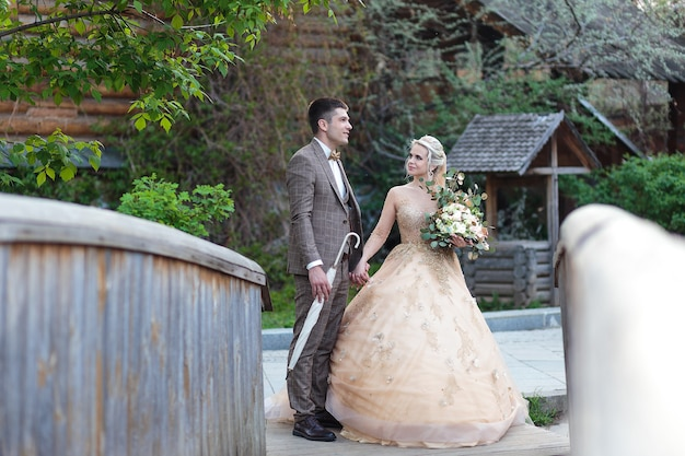 Жених и невеста обнимаются на улице в старом кремле. день свадьбы