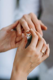 Жених и невеста держались за руки и держали красный букет