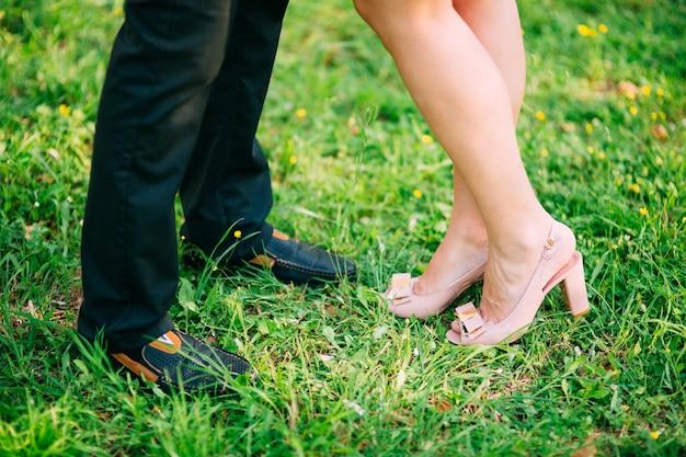 Жених и невеста в лесу ноги молодоженов