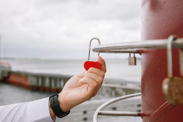 신부와 신랑 자물쇠입니다. 신혼 부부는 결혼식 날 영원한 사랑을 상징하는 자물쇠를 걸어 놓습니다.