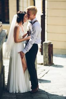 古い通りでポーズをとる新郎新婦