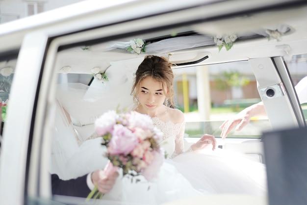 花嫁は車から降りる