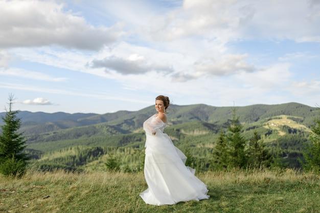 Сама невеста позирует на фоне гор.