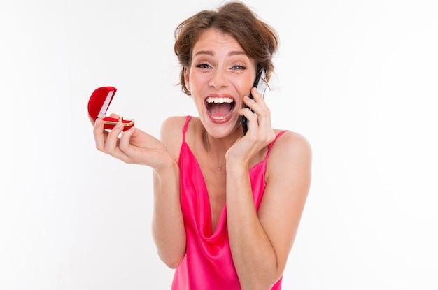 Невеста сообщает своим друзьям о дате свадьбы по телефону; взволнованная девушка, жених которой сделал предложение о браке