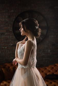 Невеста - европейская брюнетка. единый портрет. свадебный макияж и прическа. утро невесты. будуар в отеле.