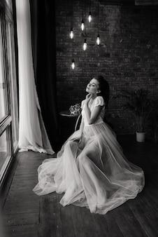 Невеста - брюнетка европейского вида. свадебный макияж и прическа. будуар в отеле.