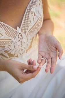 花嫁は装飾を保持しています
