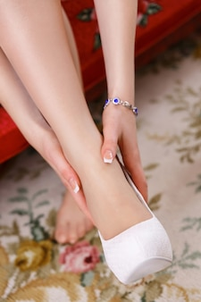 花嫁は結婚式の日に靴を履いています。