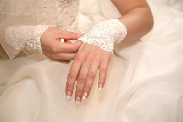 신부는 그의 손에 붕대입니다. 축제 복장의 패션과 아름다움