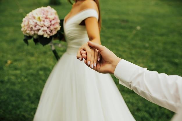 花嫁は花婿を導き、彼は彼女に従います。新婚。